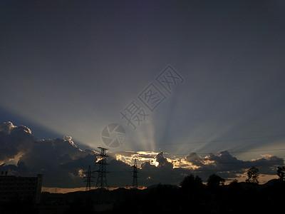 阳光透过云层产生丁达尔现象图片