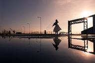 女孩在夕阳下跳舞图片