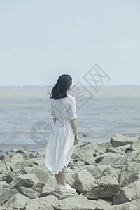 美女在江边望着远方图片