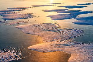 阳光照耀下的冰雪线条纹理图片