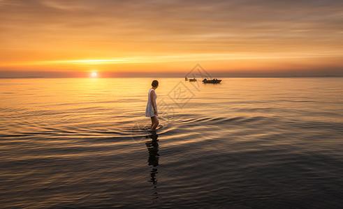 站在海中的女孩背影图片