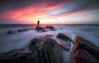 大海岸边的摄影人图片