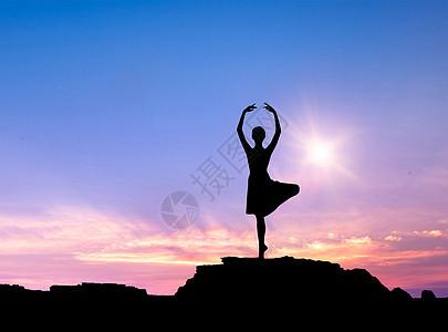 夜空中跳舞的女孩剪影图片