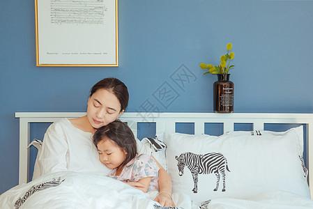 家庭卧室温馨母女图片