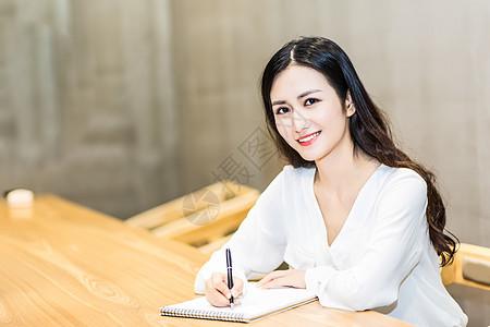 年轻女孩咖啡馆商务办公图片
