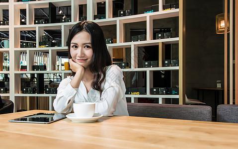 年轻女孩咖啡馆下午茶办公图片