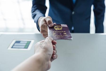 商务出行登机护照检查图片