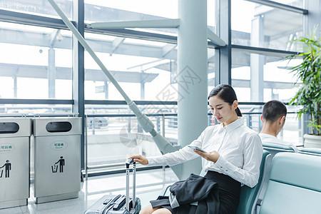 机场候机商务女士看手机图片