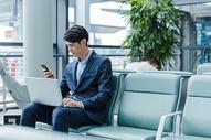 机场候机商务男士看手机图片