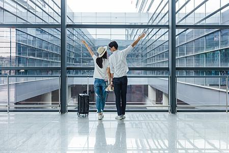 机场热恋情侣依靠举手图片