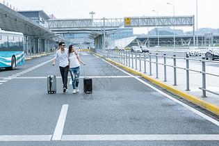 机场热恋情侣旅游出行图片