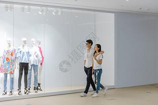 商场热恋情侣在逛街图片