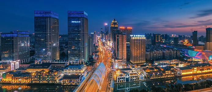 武汉黄昏汉街车轨图片