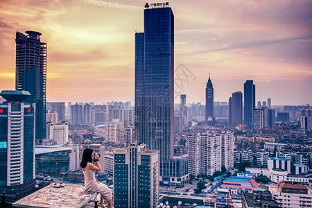 武汉黄昏西北湖楼顶美女图片