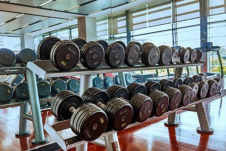 宽敞明亮的健身房图片