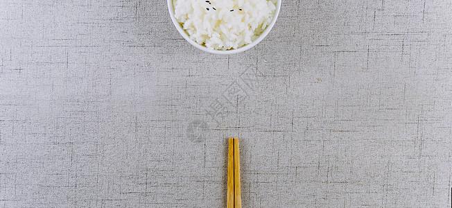 文艺干净的米饭和餐具图片