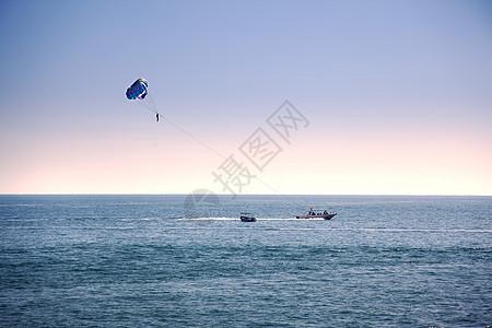 海上拖伞运动图片