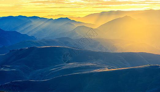 日出时分,梦幻群山图片
