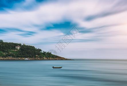 大海小岛和渔船图片