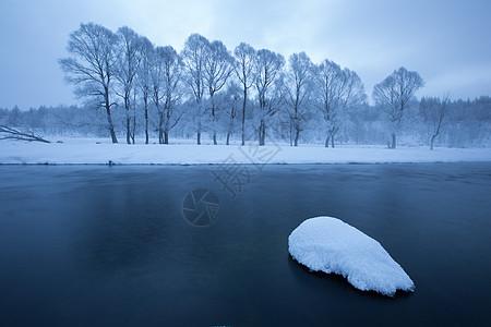 阿尔山不冻河边的冰雪图片