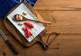 菜板上的辣椒和大蒜图片