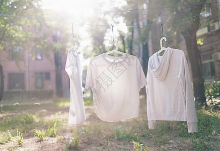 开学季校园里阳光下的衣服图片
