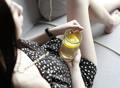 女孩子手握柠檬水图片