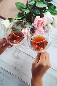 红酒杯干杯图片