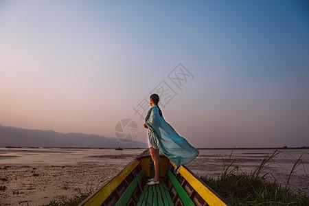 湖上看日落的女孩图片