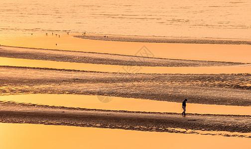 沙滩纹理一个人图片