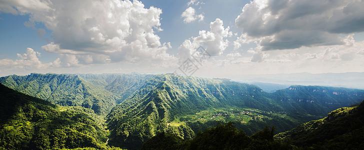 层峦叠嶂的山峰全景图图片