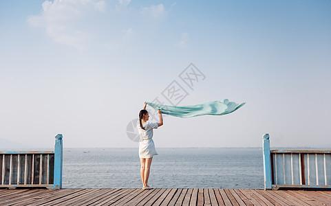 湖边美丽飘逸的女孩图片