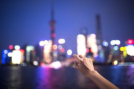 伸手触摸东方明珠图片