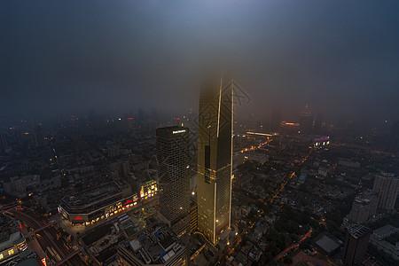 雨雾下的现代城图片