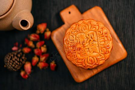 黑色背景下的广式中秋月饼图片