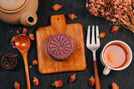 黑色背景上的中秋月饼、茶壶和茶图片