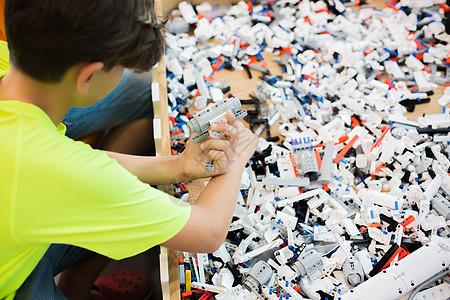 儿童拼积木玩耍背影图片
