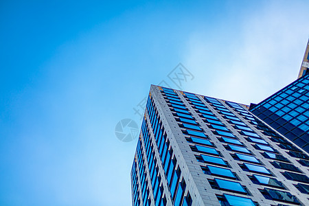 蓝天白云下的城市高楼大厦图片