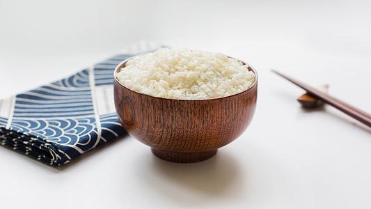 日式风格木质餐具与白米饭图片