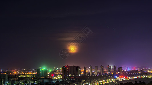 城市建筑夜景云遮月图片