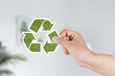 手执绿色环保标志图片