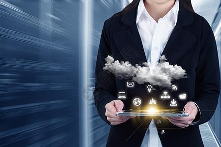 在机房商人用平板操作云计算的概念图片
