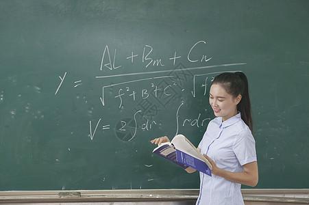 学校课堂上女老师在上课图片