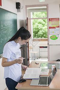 学校教育里女老师正在上课图片