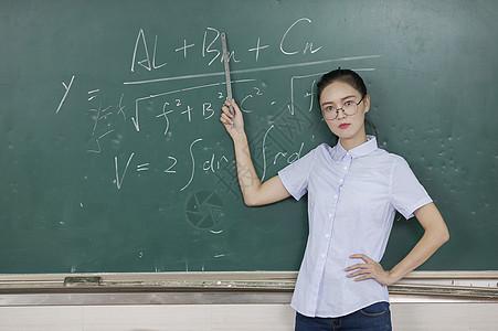 女教师在上课图片