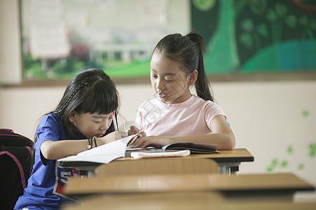 小学生同学们在教室认真做作业图片