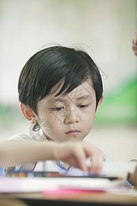 小学生男同学在教室上课做作业图片