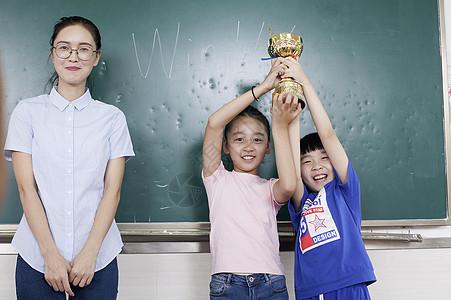 女老师和同学一起获得了冠军图片