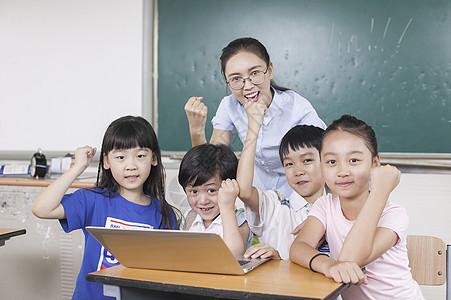 女老师和同学们在教室里接受远程教育图片