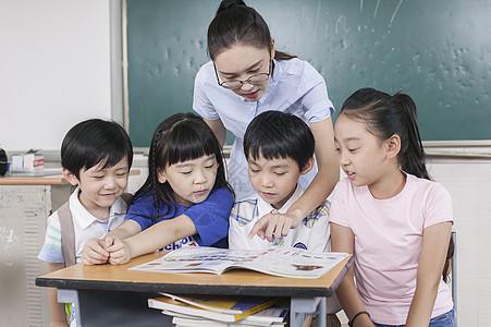 女老师和同学们在教室一起学习图片